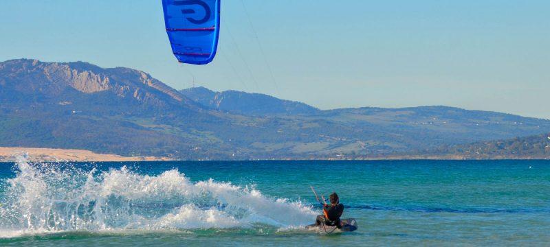 Notre moniteur de kitesurf Adrien profitant d'une session de kite sur le spot de Balneario à Tarifa.