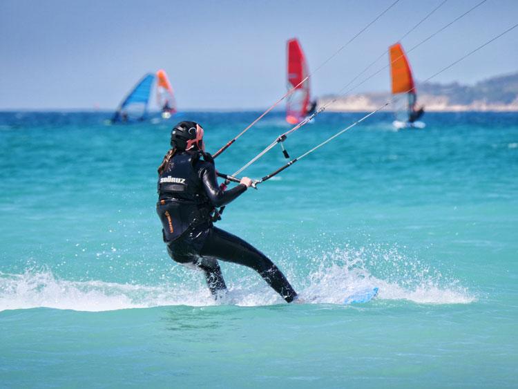 oferta de curso de kitesurf nivel intermedio o avanzado en Tarifa.