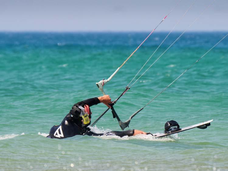 Curso de kitesurf nivel intermedio. Alumno practicando el body drag.