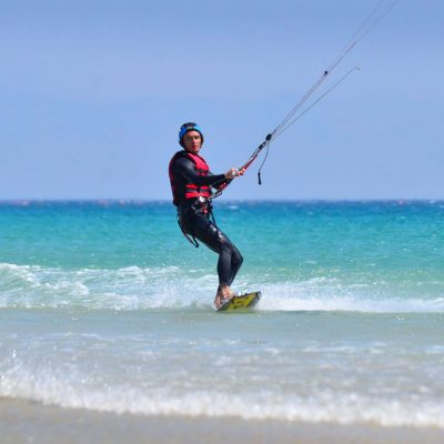 learn how to ride, go upwind, turn in kitesurfing. Improve your kite level with our advance kite course in Tarifa.