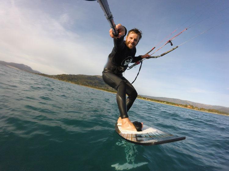 Romain moniteur de kitesurf à Tarifa vous fera découvrir la pratique du kite foil.