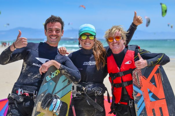 Take advantage of our kite surfing lessons in English in Tarifa, good fun guaranteed.