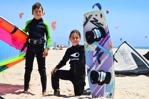Découvrez notre gamme de stages et cours de kitesurf pour les enfants à Tarifa.